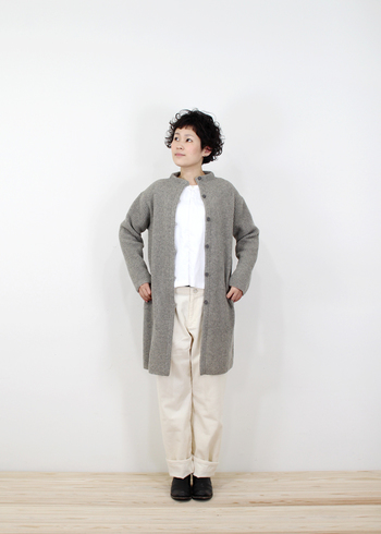 しっかり厚手のロングカーディガンは、アウターとしても着られます。トップスとパンツは白系でまとめて、カーディガンを主役にしたコーディネートです。