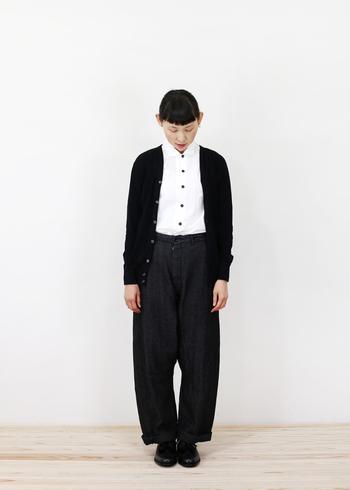 黒のパンツと黒のカーディガンに真っ白のシャツを合わせて、キリッとしたモノトーンコーデに。清潔感のある印象になります。