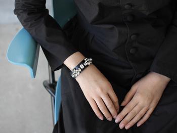 クラシックな美しさが漂うブランド「petite robe noire(プティローブノアー)」。クールなレザーと煌くクリスタルの掛け合わせが絶妙な主役級のバングルです。  レザーにスワロフスキーとトレンド感もありながらクラシカルな雰囲気も残す不思議なバランスが素敵ですね。