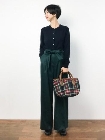 薄手でジャストサイズのカーディガンは、前を全部とめて、裾をボトムスにイン。きれいめに着こなすことができます。