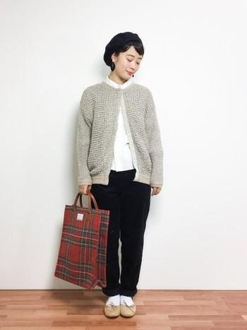 白のシャツと黒のパンツに、やわらかい編み地のグレーのカーディガンを合わせたシンプルコーディネートです。バッグはチェックにして、可愛らしさをプラスして。