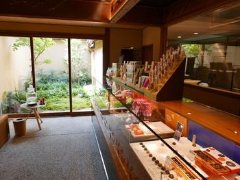 京都の町家の特徴のひとつ、箱庭から入る穏やかな灯り。祇園という伝統と格式を重んじる花街にピッタリの、上品で落ち着いた雰囲気のお店です。