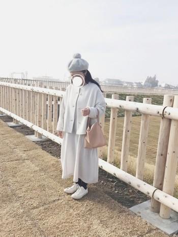 ゆったりとしたナチュラルな白色コーディネート。帽子やバッグも淡色を選んでとことん優しい雰囲気に。白色は見る人に暖かい印象も与えてくれます。