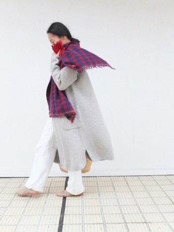 グレーのロングコートで大人の女性らしいナチュラルコーディネートです。ロングコートはスタイルをカバーしてくれる上、羽織るだけでこなれた雰囲気になる使いやすいアイテム。