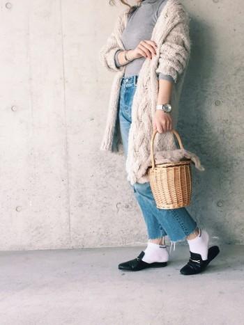 ベージュは肌馴染みが良く、女性らしく仕上げてくれる淡色の定番カラーです。こちらは編み目が印象的なカーディガンを使ったコーディネート。かごバッグも夏仕様から、ファーをあしらうことで冬らしくなり、とてもお洒落に使っていただけます。