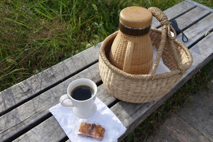 お天気の良い日には鴨川の川辺でピクニックを楽しむことができる「PICNIC BASKET」というメニューがあるのが特徴的。魔法瓶に入ったコーヒーとお菓子がセットになっています。他にもテーブルやベンチもレンタルできます。