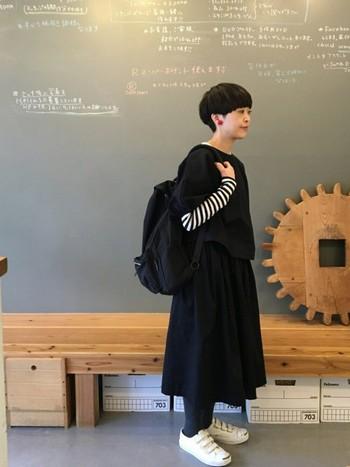 長袖のボーダーに半袖のトップスを重ねて。ブラックのワンカラーコーデに、袖のボーダーがおしゃれなアクセントになっています。