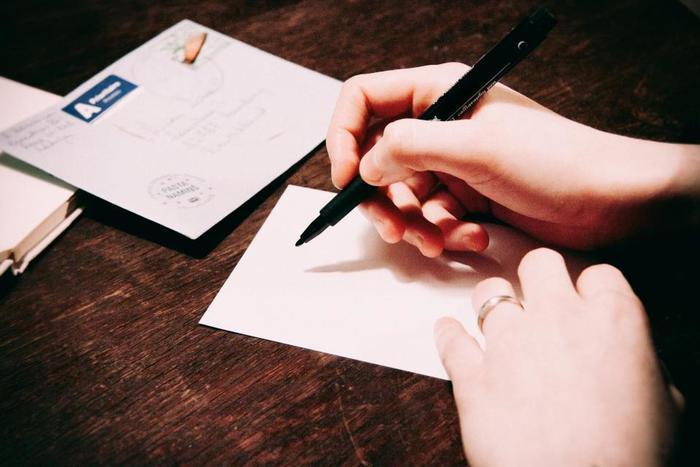 手書きの手紙はあたたかみを感じることができます。字が上手ではなくても手書きすることに意味があります。「自分のためにわざわざ書いてくれたんだ」と相手が感じてくれると同時に、自分の想いがしっかりと伝わり、たったひとことでも心が伝わります。