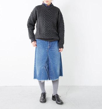 ざっくりした風合いと女性らしい首元が素敵なケーブル編みニット。デニムスカートやパンツと合わせて、品の良いカジュアルスタイルが楽しめます!