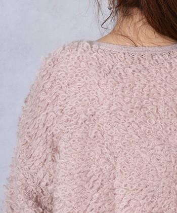 ループカーディガンとは、表面の毛糸の編み目が一つ一つざっくりと大きなループ状になったカーディガンのことです。