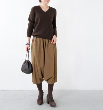 しっとり滑らかなヤク素材のVネックセーターです。Vネックのラインは首元を品のある印象に見せてくれます。やや短めの丈感は女性らしい着こなしにもgoodです。今季トレンドのブラウンでワントーンコーデにしてみるのもいいですね。