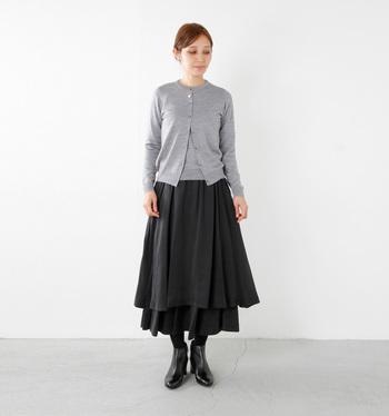 グレー×ブラックのシックな着こなし。Aラインのアシメントリーになった個性的なスカートもアンサンブルニットを合わせることでより際立たせています。すらりと見える着こなしは素敵です!