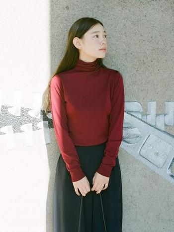 バーガンディのような深みのある赤は、シックでフェミニンな着こなしを楽しむときにピッタリです。1枚で着てもサマになりますね。