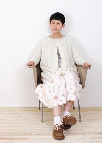 ニットカーデに花柄のスカートは、ちょっぴりガーリーな雰囲気に...冬のホワイトコーデは明るい日差しに映えて、美しく清々しいですね。