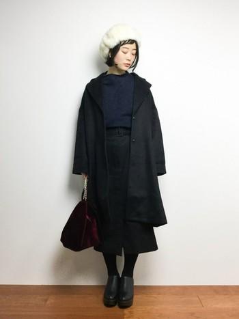 重くなりがちなブラックコーデを、白の帽子ひとつで軽やかな印象に。丈の選び方なども含め、シンプルなようでしっかり計算されたスタイルです。