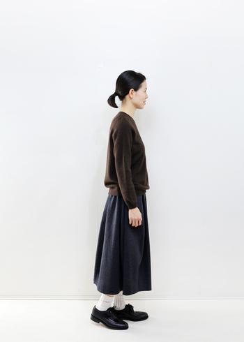 ヤクの繊細で柔らかなニットは、薄手に見えても、しっかり吸水性・保湿性に優れているので、1枚でも暖かく軽い着心地を提案できます。また裾をパンツやスカートにインしたコーディネートもバランス良く着こなせます。
