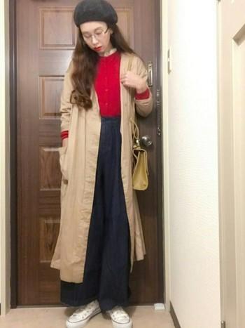 ロングコートとワイドパンツは、今年らしい組み合わせですね。そこに真っ赤なカーディガンをプラスして、個性的なコーディネートに。
