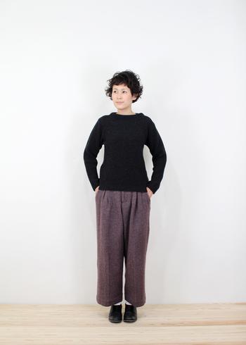 空気を含むふんわりとした編み目なので、ボリューム感はあるものの、すっきりと着こなせます。低めのスタンドカラーなので、女性らしい印象を与えてくれます。