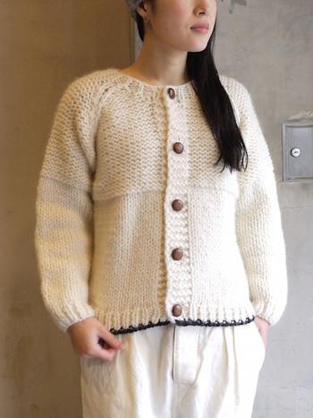 さっと羽織ったり、ボタンをとじてセーターのように着たり、アウターからちらっと見せたり。着こなし方は何通りもあります。いろいろな着方を試してみてくださいね。