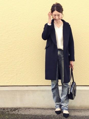 女性らしい印象を与える「Vネックニット」は、オン・オフ大活躍する冬の定番アイテム。シンプルなデザインなので旬のアイテムやカラーをチョイスして、今年らしい着こなしを楽しみたいですよね。今シーズンはトレンドのチェスターコートを合わせて、いつものデニムスタイルを大人コーデにシフトしてみませんか?