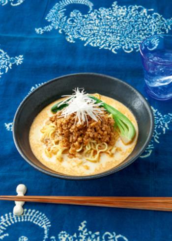 ピリ辛料理の中で坦々麺はメジャーなグルメの一つ。こちらのレシピは温めた牛乳を使ったユニークでちょっぴり優しい味わいの坦々麺です。シャープな辛さが苦手な人にもおすすめ♪