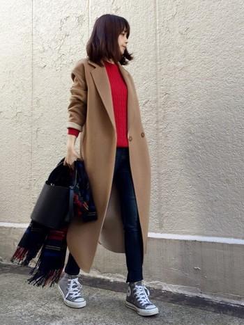 重くなりがちな冬コーデに、女の子らしい華やかさをプラスする「赤」。暖色系が注目される今シーズンも、着こなしのアクセントとして大人気のカラーです。こちらはキャメルのチェスターコートと、赤いニットの組み合わせがお洒落なスタイリング。カジュアルなデニムコーデも、赤ニットで一気に上品な雰囲気に☆