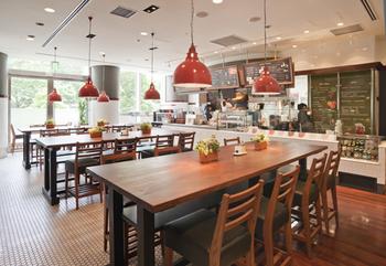 おしゃれな食堂のような雰囲気の店内、ふらりと立ち寄って気軽に食べて帰ることができます。テイクアウトもできるので、忙しい日は持ち帰って、おうちやオフィスでいただくこともできますよ。