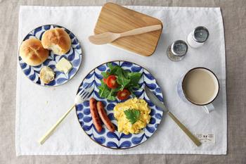 呉須(ごす)という藍色の顔料で絵付けがされたお皿。モダンな柄だから、日本の伝統工芸品の九谷焼なのに北欧風の雰囲気が漂います。和食はもちろん、洋食にも合うのでたくさん活躍してくれそうです。