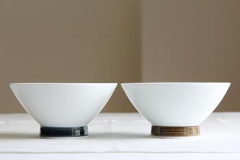 長崎県・波佐見町にある波佐見焼のブランド「白山陶器」のお茶碗。一見とてもシンプルですが、高台(お茶碗の底の輪状の部分)の絵付けが効いて寂しくありません。真っ白で直線的なので、凛とした印象ですね。