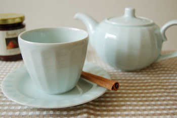 純和風の急須が多い中で、これは洋風の雰囲気もありますね。緑茶などの日本茶はもちろん、紅茶を淹れるのにも使えそうです。少し青みがかっている微妙な色合いが素敵ですね。