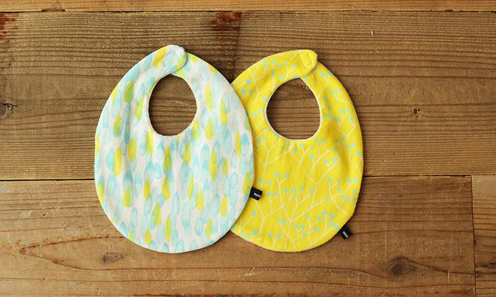 赤ちゃんができたと分かったら、すぐにでも何か作りたくなるのがママの気持ちです。こちらのスタイは手芸に馴染みのない人でも気軽に取り組める手縫いのキット。一針一針丁寧に縫いたくなりますね。