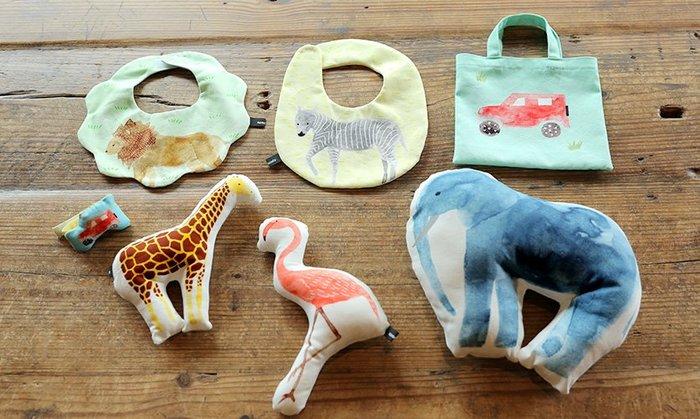 可愛い動物たちをモチーフにした赤ちゃん向けの手芸キット。こちらは切り取り線もプリントされた布のキットだから、型紙も不要でとっても気軽に挑戦できますよ。