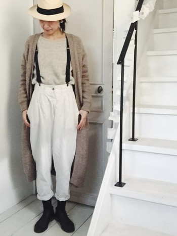 ベージュ×ホワイトのナチュラルコーデ。ブラックのアイテムを効かせて少しピリリと引きしまった印象を作っています。パンツの履き方も秀逸でトップスイン、丈感もバランスの良いコーディネートです。