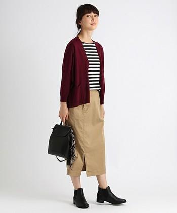 ミモレ丈のスカート×ボーダーTシャツを使ったナチュラルなコーデに、差し色としてボルドーのカーディガンを持ってくるのも素敵ですね。スニーカーではなくブーツを合わせてリラックスしたお出かけコーデにしたいです。