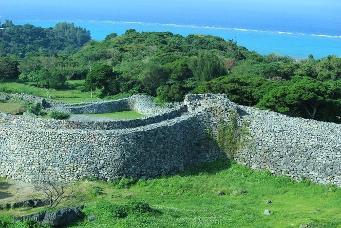 今帰仁城は、琉球王国が建国される以前の13世紀頃に造られたものと推定されています。丁寧に積み重ねられた石垣は800年の時間を経た今も色褪せることなく緻密さを保ち続け、往時の検知器技術の高さを物語っています。