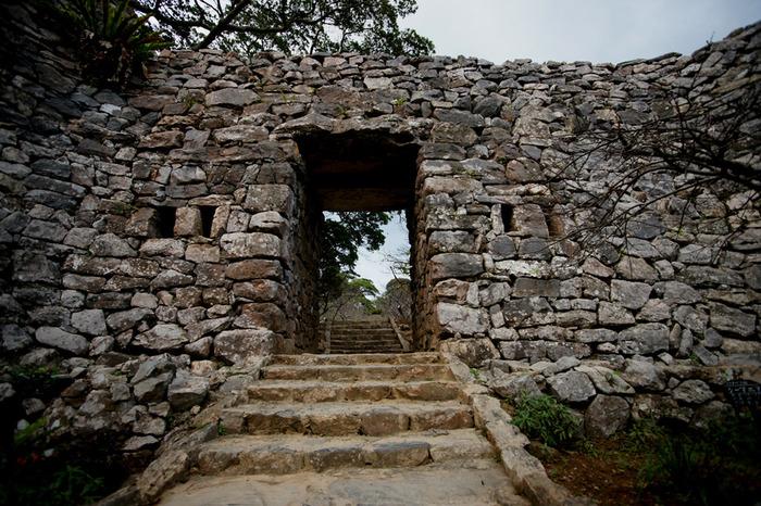 今帰仁城跡は、沖縄各地に点在するグスク(古代の城跡)の中でも保存状態がよく、日本100名城のほか、「琉球王国のグスク及び関連遺産」として世界遺産になっています。