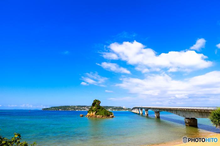 沖縄本島から約1.5キロメートル離れた古宇利島と沖縄本島を結ぶ古宇利大橋は、全長約2キロメートルの橋です。橋の両側からはサファイア色に輝く海を見渡すことができる古宇利大橋は、ドライブスポットとしても人気があります。
