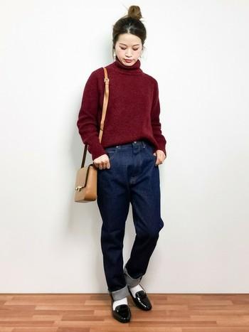 ボルドーのタートルネックニットはちょっぴり大人っぽくシンプルに着こなしたいですね。ローファーを合わせてトラディショナルな雰囲気を出して。