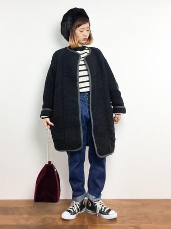ちょっぴり個性的なボルドーの巾着バッグはシンプルなコーデに取り入れてみたいですね。色を活かすためにほかのものはシックにまとめましょう。