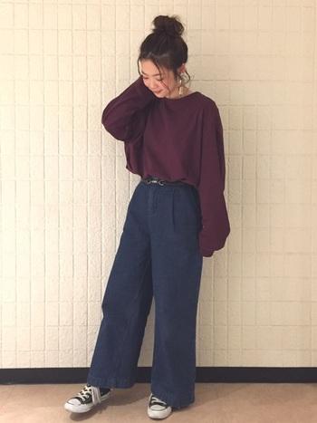 ルーズなシルエットのトップスをウエストインして着こなすリラックスカジュアルスタイル。大きめのシルエットは引き続き人気なので、パンツもワイドなものを選んで着こなしたいですね。