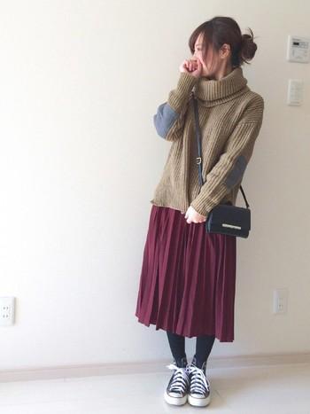 今季トレンドのプリーツスカートもボルドーにチャレンジ。ベージュとも合うんですね。小さめバッグがいいアクセントになっています。