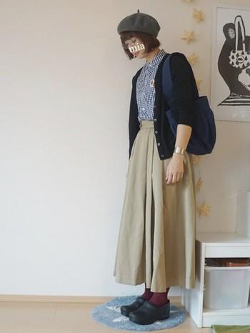 フレンチシックな装いの味付けに、ボルドーの靴下をプラス。さりげない色の足し算がオシャレの腕の見せ所です。