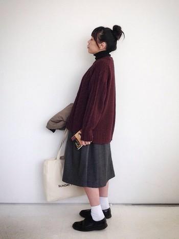 大きめサイズのビッグシルエットニットにナチュラルな雰囲気のスカートを合わせたコーデ。ボリュームのある上半身のときは足元をスッキリまとめるといいみたい。