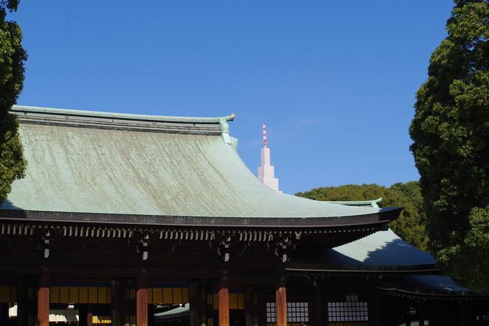 都内で最もたくさんの方が初詣する神社といえば、明治神宮ではないでしょうか。明治天皇と昭憲皇太后が祭神で、大晦日から1月3日にかけて、約300万人が訪れます。