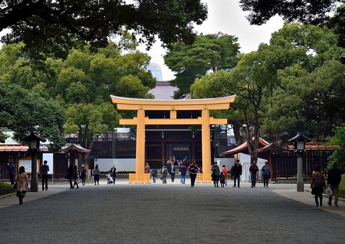 明治神宮へは、原宿駅、代々木駅、三宮橋駅、明治神宮前駅などから歩けます。いずれも徒歩10分前後ですが、お正月の時期は神社に向かう道からすでに込み合うので、もっと長めの時間を見込んでおきましょう。