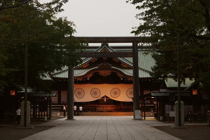 桜の名所として有名な靖国神社ですが、初詣に訪れる方もたくさんいます。戦争で亡くなった軍人などが祀られており、日頃から参拝客や観光客でにぎわっています。政治的な観点から語られることが多いですが、「気象庁の桜の開花宣言の基準となる桜の木がある」など、意外にも私たちの生活に近い点もあるんです。