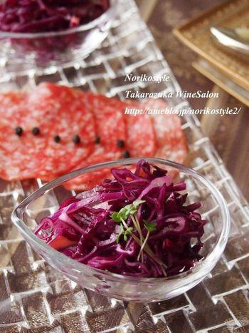 赤ワインを飲む時は、サラダにも赤ワインビネガーを使って。酸味によって後味もさっぱりします。切って、和えて、置いておくだけで完成する簡単レシピです。紫キャベツの色どりもきれいで良いですね。