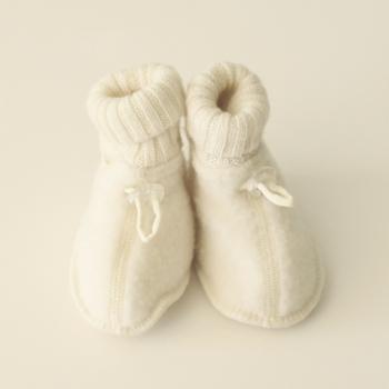 こちらはデンマークの子供向け肌着ブランド・joha(ヨハ)のブーティ。もこもこの選び抜かれたウールは柔らかさ抜群。足首の部分のニット編みも素敵です。サイズは12~13cmほどなので、丁度1歳くらいから履けますよ。