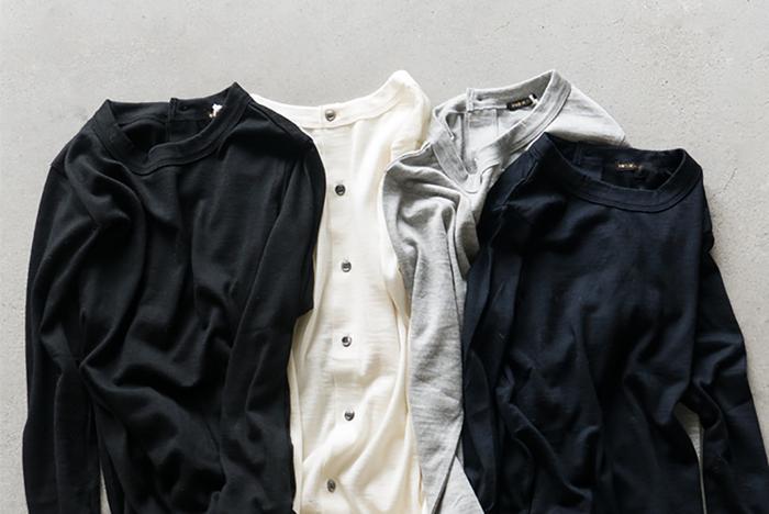 オールドマンズテーラーといえばリネンアイテムが代名詞ですがリネンシャツと併せて高い人気を誇るのがバックボタンカーディガン。細見のシルエットや美しいボタンの配置など細部に<オールドマンズテーラー>の美意識が感じられる一着。前後逆にカーディガンとしても着用可能。