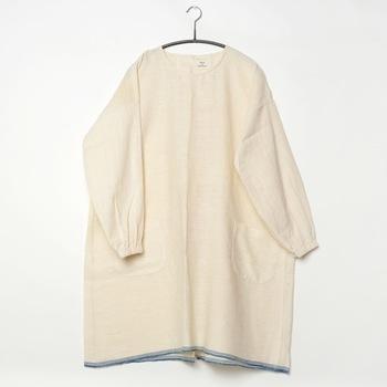 明治の頃、女性が着物を汚さず作業をこなすために考案されたと言う説があります。袖口が絞られているのが特徴で、袖も服も汚さず家事ができます。